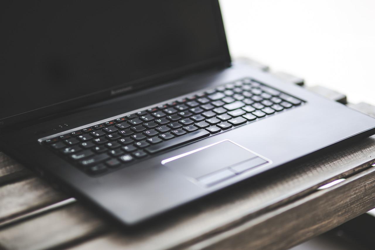 Lenovo ThinkPad T480s podobnie jak model T480 może nie powala parametrami, ale na pewno jest kawałem solidnego komputera, którego każdy biznesmen będący często w podróży doceni