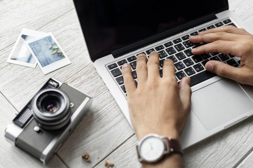 Wydaje się, że jeśli chodzi o charakterystykę laptopa, który będzie dobry do częstego zabierania ze sobą w różne miejsca, to powinna być ona przede wszystkim oparta o wymiary i wagę
